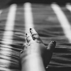 گاهی سکوت میکنی، چون اینقدر رنجیدی که نمیخوای حرف بزنی...  گاهی سکوت میکنی، چون واقعا هیچ حرفی برای گفتن نداری...  سکوت گاهی یک انتظاره و گاهی هم یک اعتراض...  اما بیشتر وقت ها سکوت برای اینه که هیچ کلمه خاصی، نمیتونه غمی رو که تو وجودت داری توصیف کنه... و این یعنی همون حس تنهایی!