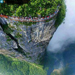 چشم انداز خیره کننده از فراز صخره ایی در پارک ملی Zhangjiajie کشور چین