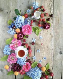 یک کلبه ی چوبی، لب رودش با من گلبرگ زغال و برگ دودش با من  صبح از تو و چای از تو و لبخند از تو عاشق شدن و ابراز وجودش با من ..