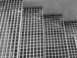 نمونه ای از یک گریتینگ پله را مشاهده مینمایید که به وسیله گالوانیزه روکش شده است تا مقاومت بالاتری را بدست آورد.