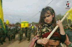 نور الزهرا دختر شهید جمیل فقیه  تابوت پشت سر متعلق به پدرش هست