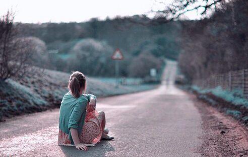 در زندگیمان از یک جایی به بعد به همه چیز و همه کس بیاعتنا میشویم، دیگر نه از کسی میرنجیم و نه به عشق کسی دل میبندیم ...