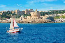 اگر جزو افراد تاریخدوست هستید هرگز نباید از دیدن جزیره رودز (Rhodes) در سفر به جزایر یونانی غافل شوید. این جزیره زیبا در نزدیکی ساحل ترکیه واقع شده است؛ بنابراین ردپای ترکها را میتوان در تفرجگاههای ساحلی و روستاهای جذاب با مردمان صمیمی دید.