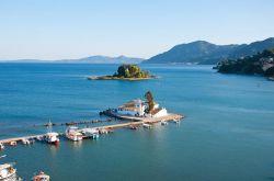 در میان برترین جزایر یونانی جزیره کورفو (Corfu) چیزهای مختلف زیادی را به گردشگرانش عرضه میدارد؛ از فرهنگ قومیتهای مختلف گرفته تا مناظر چشمنواز. کورفو جزیرهای است که در تاریخ روم شرقی و اساطیر یونانی غرق شده است و سبک معماری شهرکهای کوچک آن بیانگر گذشته یونان، ایتالیا، فرانسه و بریتانیا است. بیرون از این شهرکها، برخی از زیباترین سواحل یونان وجود دارند که هنوز دستنخورده باقی ماندهاند.