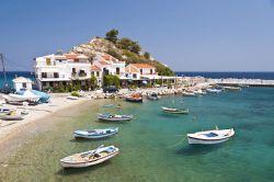 جزیره ساموس (Samos) یکی از آفتابیترین مقاصد گردشگری در تمام اروپا است که در آن میتوانید سواحل سنگریزهای خیرهکننده و آبهای شفاف و تمیز را ببینید. این جزیره مکان ایدهآلی برای غواصی است. اگر تابه حال این نوع فعالیتهای مهیج را انجام ندادهاید نگران نباشید در ساموس کلاسهای آموزشی و مربیان خوبی وجود دارد که به کمک آنها میتوانید این کارها را تجربه کنید.