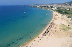 جزیره پاروس (Paros) با وجود شهرهای کوچک و قدیمی با خیابانهای سنگفرششده، ساختمانهای سفیدرنگ و انگورهای شفاف و درخشانش یکی از زیباترین جزایر در یونان است. به دلیل راههای کشتیرانی مناسب در اطراف این جزیره، سفر به سایر جزایر سیکلید (Cyclades) از آن بسیار راحت است.