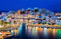جزیره کریت (Crete) بزرگترین و پرجمعیتترین جزیره یونانی است. در این جزیره گردشگران انتخابهای زیادی از میان هتلها، رستورانها، مغازهها و کلوبهای شبانه دارند. در کریت سواحل زیبا، درهها و کوههای چشمنوازی دیده میشود؛ بنابراین گردشگران میتوانند از ورزشهای در فضای آزاد نظیر پیادهروی، کوهنوردی، اسبسواری، درهپیمایی و شنا هم لذت ببرند