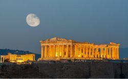 آکروپلیس در شمال شرقی پارتنون در آتن، پایتخت یونان و در مرتفعترین نقطهی دشت و ۱۵۰ متر بالاتر از سطح دریا قرار دارد. مجموعهی تاریخی آکروپلیس برای مردم یونان یک نماد ملی است. این مجموعه با دقت و ظرافت بسیار دقیق هندسی و ریاضی ساخته شده است.