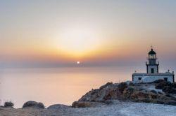 فانوس دریایی آکروتیری (Akrotiri Lighthouse) واقع در دماغهی جنوبی سانتورینی و نزدیک به خرابههای آکروتیری میتوانید یک فانوس دریایی زیبا مشاهده کنید. این فانوس مورد استفادهی نیروی دریایی یونان قرار میگیرد.