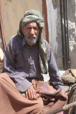 اگرچه پیر شده ولی به نگهبانی از سرزمین مان پابرجاست( پیرمردی در روستای مرزی بیشه شهرستان سربیشه)