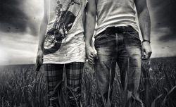 آدمها همیشه خوب را برای یافتن خوب تر رها میکنند غافل از اینکه خوب همانیست که وقتی از همه چیز و همه کس بریدی یادش می افتی همان کسی که هر روز حالت را میپرسد و تو سرسری میگویی خوبم همان کسی که تو حضورش را همیشه دیدی و حس کردی اما ساده گذشتی همان کسی که وقتی که کم حوصله ای زمین و زمان را به هم میدوزد تا تو لبخند بزنی..