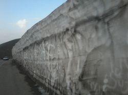 ارتفا برف در جاده توریستی گنجنامه همدان در 6 اردیبهشت 96//عکس از رضا بختیاری  بختاج