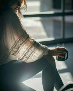 دست هایم سراپا پرسش اند و من تنها وانمود می کنم که آن ها را نمی شنوم پاسخ نمی دهم دلم امّا سایه های در گلویم را به یاد می آورد و من از واژه تا واژه تنهاتر می شوم در غروب هائی که حرف هایم بوی غبار می دهد....