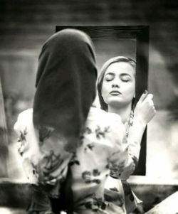 آخر شعرهایم همیشه غمگین می شوم اندوه کوچک جدا شدن از تو مثل کسی که رؤیاهایش را از دست می دهد...