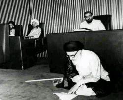 کسی که روی این صندلی های راحت نشست ، نمی تواند قانونی بنویسد که به درد ، روی زمین نشستگان بخورد !  #آیت_الله_طالقانی^_^دیدم همه پست انتخاباتی میزارن گفتم منم یه پست بی ربط بزارم^____^
