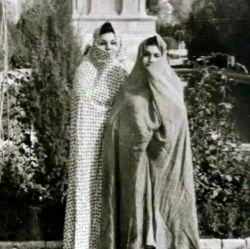 خیلی جالب..تصویری از بانو هایده با چادر در مقبره فردوسی...لذت ببرید..