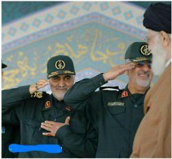گویی یک دست و یک احترام نظامی را برای ادای احترامش کافی ندانست و با دو دست نه بلکه با تمام وجودش برای مولا و مقتدایش احترام گذاشت.