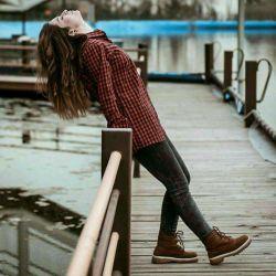گاهی وقت ها احساس میکنم خیلی تنهام خودمو گول میزنم که خیلیا هستن ولی وقتی سرمو برمیگردونم کسی رو نمیبینم من میمونم وخدا