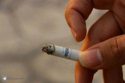 برای اینکه شونه خالی کنه از زندگی، سیگار روشن می کرد.|  آدم ها غالبا از مشکلات فرار می کنند تا اینکه بخوان راه حلی براش پیدا کنند. |  مثل #آدم_ها نباشیم.| #سیگار | #دپ | #عکاسی | #لنزور | #اجتماعی