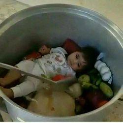 وقتی مادر هم سرش تو گوشیه هم داره غذا میپزه