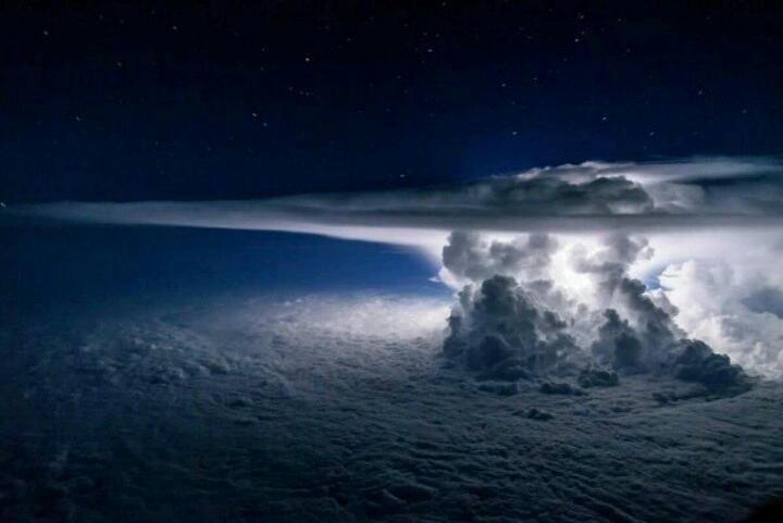طوفانی به ارتفاع(37)هزار پا بالای محیط آرام...چه منظره ی ترسناکی..سبحان الخالق العظیم ...