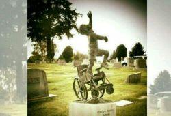 پدری این مجسمه را ساخت و روی قبر پسر بچه اش، که طول عمرش را به سبب عقب موندگیش روی ویلچر متحرک گذشته بود گذاشت..این مجسمه نشون میده که پسر بچه بلند شده وبه آسمان می پرد...