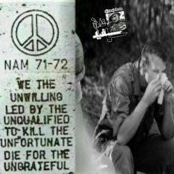 نوشتهای روی فندک یکی از سربازان آمریکا در جنگ ویتنام :  ما بیرغبت ها با رهبری بیکفایت ها با کشتار تیره بختان برای ناسپاسان جان میدهیم !!