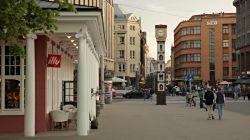 «سلکوم» مقصد تابستانی محبوب انگلیسیها و گردشگران است و دلیل آن نیز مشخص است. خانههای رنگارنگ و مسیرهای تنگ و باریک آن چیزهایی است که تنها در انگلستان میتوان پیدا کرد.  این شهر بهترین مکان برای خوردن یک دل سیر چیپس و ماهی و گذراندن یک بعد از ظهر دلانگیز است. همچنین، این شهر قدیمیترین قنادی منطقهی «دوون» را دارد. این مغازهی صورتی اولین بار در سال ۱۸۶۹ میلادی افتتاح شد و شبیه یه آبنبات رنگآمیزی شده است.