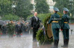 ولادیمیر پوتین رئیس جمهوری روسیه زیر باران شدید در مراسم هفتاد و ششمین سالروز حمله آلمان نازی به دیوار کرملین در مسکو....اینجوری به کشته شدگانشون تو جنگ احترام میذارن #شهید - جلاد -عوض نشه