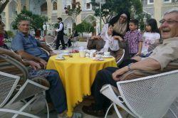 اصفهان هتل عباسی در کنار مهمانهای خارجی هتل  عاشق گیره روسری خانمهای ایرانی شده بودن منم گیره روسری خودمو بهشون هدیه دادم تنها چیزی که نقد داشتم اما همون بینهایت خوشحالشون کرد