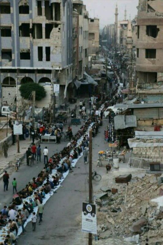 به همین شکل تصمیم گرفتند افطار کنند بین خانه های ویران شده توسط جنگ در سوریه ...افطاری با سفره ای به طول یک کیلومتر..و مهموناش بیش از 7500 نفر از شهر دومای سوریه ...الله المستعان