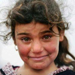 """گفته میشود این عکس که به """" #مونالیزا ی قرن حاضر"""" معروف شده، دختربچهای است اهل موصل عراق بعد از رهایی از دست داعش..  چهره این دختر همزمان ترکیبی است از ترس، شادی، غم و ناراحتی و..."""