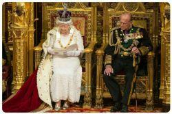 ملکه الیزابت در حال سخنرانی در مورد فقر جهانی **در حالی که در همین عکس حداقل ۲۰ کیلو طلا و ۲ توپ پارچه ابریشم خالص میبینید!!