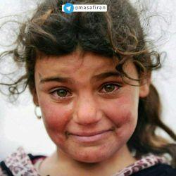 """گفته میشود این عکس که به """"مونالیزای قرن حاضر"""" معروف شده، دختربچهای است اهل موصل عراق بعد از رهایی از دست داعش.. چهره این دختر همزمان ترکیبی است از ترس، شادی، غم و ناراحتی و..."""