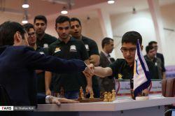 علیرضا فیروزجاه 14 ساله  و لحظه تسلیم شدن بازیکن قدرتمند گرجستانی جوباوا ارسال توسط آکادمی آموزش شطرنج از راه دور chessok.ir