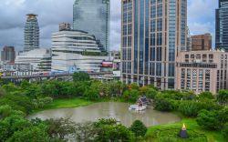 بازدید از پارک بنجاسیری در تور تایلند  شاید به اندازه پارک لومپینی بزرگ نباشد، اما پارک بنجاسیری بانکوک افسون مخصوص به خودش را دارد و فرصتی عالی برای فراری کوتاه مدت از هیاهوی شهر بانکوک برای مسافران تور تایلند فراهم میکند. پارک Benjasiri در سال 1992 و برای گرامیداشت تولد 60 سالگی ملکه Sirikit ساخته شد. در این پارک 12 مجسمه دیدنی شامل مجسمههای ملکه Sirikit قرار دارد.