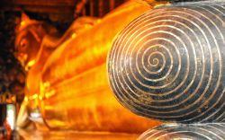 بازدید از معبد بودای لمیده در تور تایلند  قدیمیترین معبد بانکوک، حتی قبل از خود شهر ساخته شده است. این معبد در اصل در قرن هفدهم و با نام Wat Phodharam ساخته شد. قبل از ساخت معبد، در این محل مدرسه پزشکی سنتی دایر بوده است.