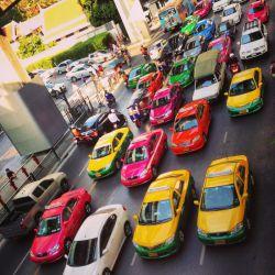 تاکسی سوار شدن در تور تایلند چه قدر هزینه دارد؟  تاکسیهای بانکوک با سیستم تاکسیمتر کار میکنند و کرایهها را سازمان حمل و نقل زمینی تایلند تعیین میکند. با این که کرایه تاکسیهای بانکوک مشخص است، اما چند نکتهای وجود دارد که مسافران تور تایلند باید قبل از استفاده از آنها بدانند.