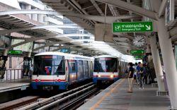 استفاده از قطار هوایی بانکوک در تور تایلند  قطار هوایی بانکوک، شبکه قطارهای برقی غیر همسطح در این شهر است. استفاده از این قطارها در تور تایلند، گشت و گذار در بانکوک را خیلی آسان میکند. سوار بر این قطارها، شما از روی قفلهای ترافیکی که در جادههای زیر پایتان وجود دارد عبور کرده و به مقصدتان میرسید