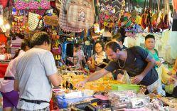 چگونه در تایلند چانه بزنیم؟  مهمترین نکته در مورد خرید از دستفروشان و مغازهداران در تور تایلند این است که همیشه لبخند بزنید. شاید توصیهای کلیشهای به نظر میآید، اما لبخند زدن مهمترین بخش تخفیف گرفتن در زمان خرید در تایلند است