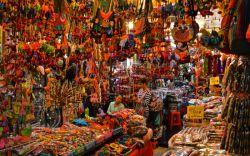 خرید از بازار آخر هفته چاتوچاک در تور تایلند  با بیش از 9 هزار غرفه که در زمینی به وسعت 14 هکتار پخش شدهاند و با 400 هزار بازدیدکننده که به طور متوسط از این بازار دیدن میکنند، باور بر این است که بازار چاتوچاک تایلند بزرگترین بازار آخر هفته در تمام دنیا است.