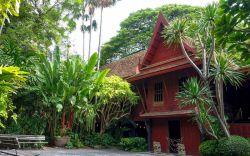 بازدید از خانه جیم تامپسون در تور تایلند  بازدید از خانه جیم تامپسون میبایست در لیست بازدیدهای تمام مسافران تور تایلند باشد. مطمئن باشید بازدید از جاذبههای این خانه قدیمی و موزه، بعدازظهری دلپذیر را برایتان رقم خواهد زد.