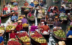 رفتن به یک بازار شناور در تور تایلند  بازار شناور Damnoen Saduak در 100 کیلومتری بیرون بانکوک قرار دارد. برای کسانی که در تور تایلند به پایتخت این کشور میروند، بازدید از این بازار از واجبات سفرشان خواهد بود
