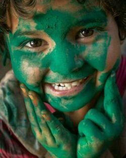 با رحمت الله می بینی که چطور زخم قلبت شفا می یابد، و چطور برای تو لباسی به رنگ سرور وخوشحالی مهیا میکند..