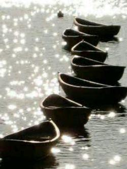 آرامش یعنی:   قایق زندگیت را دست کسی بسپاری  که صاحب ساحل آرامش است!  الا بذکر الله تطمئن القلوب