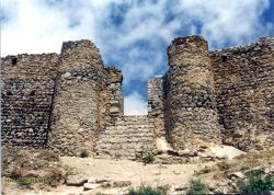 دروازه قلعه بابک خرمدین که بر بالای کوه بنا شده