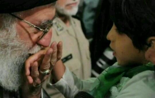 رهبر معظم انقلاب در حال بوسیدن دست دختر جانباز... برا سلامتی آقا صلوات...