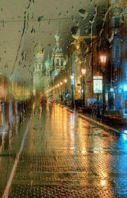 *** آخ اگر که شبی از شب هایِ پاییزی پاریس یا مسکو یا تهران یا چه می دانم هر جهنّم درهّ ی دیگری، مثل دُمِ اسب،  باران ببارد  و او چترش را در خانه جا گذاشته باشد و تو هم دیر سر قرار رسیده باشی و او  زیر چتر دیگری تا خانه اش برگشته باشد! ...  قسم به سختِ سرمایِ  سه شنبه شب ها در باران، که تنها ایستاده بودی و غصّه می خوردی... *** #عبدالحمید_ضیایی از کتاب#بصیرت های بیهوده
