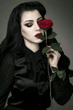 مهم نیست گل قرمز باشیم یاسفید ،   مهم نیست  ڪه ڪوتاه باشیم یا بلند  و حتی مهم نیست  ڪه ڪجا رشد ڪرده باشیم ، مهم اینه ڪه  وقتی میتونیم هم خار باشیم  و هم گل ، گل بودن رو انتخاب ڪنیم!