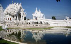 بازدید از معبد سپید در تور چیانگ رای تایلند  معبد Wat Rong Khun در چیانگ رای که به معبد سپید معروف است از سال 1997 توریستها و گردشگران زیادی را برای بازدید از یکی از شاهکارهای هنری حماسهای به این مکان جذب کرده است. هنرمند محلی، آجان چالرمچای کوسیتپیپات (Arjan Chalermchai Kositpipat) با بودجه و سرمایه خود اقدام به طراحی و ساخت این معبد کرد. او حتی از فروش بلیط برای بازدید از این معبد نیز خودداری کرد.